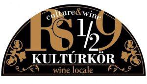 """<span class=""""Rs 1/2 9 kultúrkör és Wine Local"""" title=""""Kultúra és bor minden mennyiségben!"""">Rs 1/2 9 kultúrkör és Wine Local</span><span class=""""badge"""" title=""""A vállalkozás részt vesz a Waldorf Diákmunka Programban""""><img style=""""vertical-align:baseline; height:15px;"""" src=""""https://biz.waldorf.hu/wp-content/uploads/diakmunka.png""""></span>"""